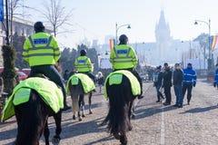 Cavaliers de police locale dans l'uniforme et le casque verts Photos libres de droits