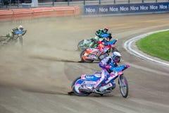 Cavaliers de speed-way sur la voie - Grigorij Laguta en avant Images stock