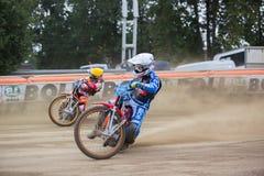Cavaliers de speed-way sur la voie - Maksim Bogdanov en avant Photographie stock