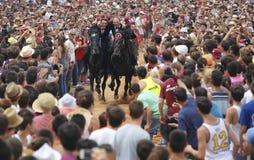 Cavaliers et foule de festivité de cheval de St John Photographie stock