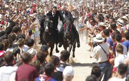 Cavaliers et foule de festivité de cheval de St John Image stock