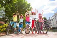 Cavaliers heureux de bicyclette se tenant en parc de ville Photo libre de droits