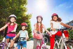 Cavaliers heureux de vélo se tenant ensemble au parc d'été Images stock