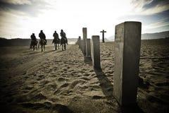 Cavaliers montant dans le désert, retournant pour autoguider, Java Image stock