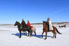 Cavaliers pendant l'hiver dans les costumes des soldats russes antiques Image libre de droits
