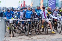Cavaliers préparant pour commencer le concours de vélo de montagne Photo libre de droits