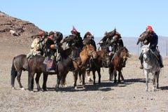 Cavallerizzi maggiori dei Mongolians in vestiti tradizionali Fotografie Stock Libere da Diritti
