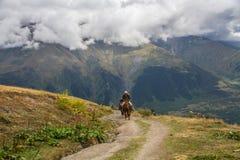 Cavallerizzi nelle montagne Fotografie Stock