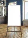 Cavalletto con tela in bianco nell'interno Immagini Stock