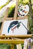 Cavalletto con tela in un giardino Fotografia Stock