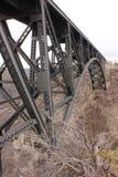 Cavalletto della ferrovia sopra la gola curvata del fiume Immagini Stock
