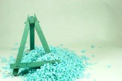 Cavalletto di legno blu, che è riempito di piccole pietre blu Fotografia Stock