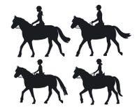 Cavalli da equitazione delle siluette del ragazzo e della ragazza della donna dell'uomo Fotografie Stock Libere da Diritti