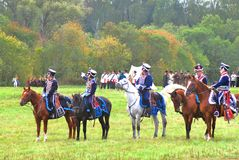 Cavalli di giro dei soldati-reenactors sul campo di battaglia Fotografia Stock