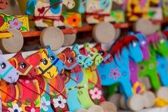 Cavalli di legno su una stalla del mercato Fotografie Stock