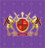Cavalli reali dorati schermo dell'emblema e vettore Art Purple Background delle spade Immagine Stock Libera da Diritti