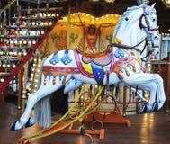 Cavalli su un carosello tradizionale della zona fieristica a Avignone, Francia Immagini Stock