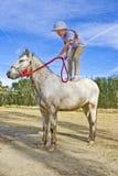 cavallino della ragazza che si leva in piedi giovane Fotografie Stock