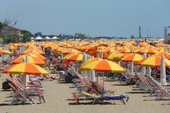 Cavallino Treporti, VE, Itália - 12 de julho de 2015: praia com muitos u Foto de Stock