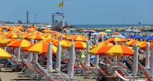 Cavallino Treporti, VE, Itália - 12 de julho de 2015: praia com umbrel Imagens de Stock