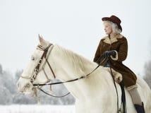 Cavallo bianco e donna di guida fotografia stock libera da diritti