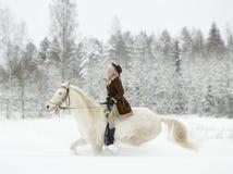 Cavallo bianco e donna di guida fotografie stock libere da diritti
