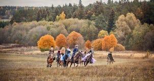 Cavallo-caccia con i cavalieri nell'abitudine di guida Fotografia Stock