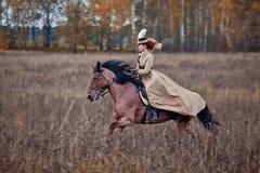 Cavallo-caccia con le signore nell'abitudine di guida Fotografie Stock Libere da Diritti