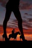 Cavallo del cowboy del fronte delle gambe della donna della siluetta Fotografie Stock Libere da Diritti