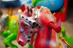 Cavallo del giocattolo dell'attrazione del ` s dei bambini per i bambini sul girotondo fotografie stock