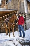 Cavallo della holding dell'uomo. Fotografie Stock Libere da Diritti