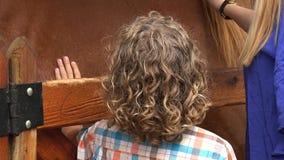 Cavallo di coccole della donna e del ragazzo video d archivio