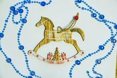 Cavallo di legno d'annata del giocattolo su bianco fotografia stock libera da diritti