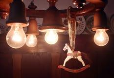 Cavallo di legno di Natale appeso sulla lampada Fotografie Stock