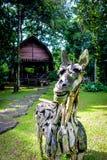 Cavallo di legno tradizionale davanti alla casa di legno royalty illustrazione gratis