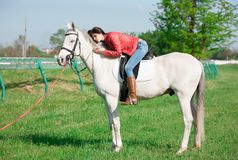 Cavallo di seduta della donna giorno altezza completa Bomber rosso immagini stock libere da diritti