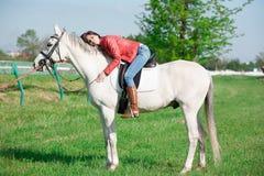 Cavallo di seduta della donna giorno altezza completa Bomber rosso fotografia stock