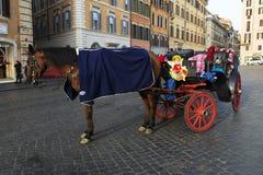 Cavallo di trasporto in Piazza di Spagna Fotografia Stock
