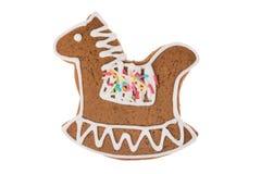 Cavallo a dondolo del pan di zenzero di Natale isolato su un fondo bianco Fotografie Stock Libere da Diritti