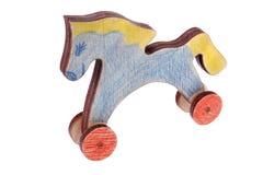Cavallo a dondolo di legno casalingo classico su fondo bianco Fotografia Stock