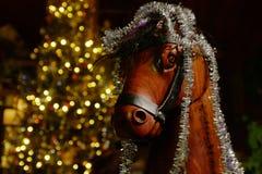 Cavallo a dondolo di legno con l'albero di Natale e le decorazioni fotografia stock libera da diritti