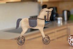 Cavallo a dondolo di legno, decorazione di Natale fotografia stock