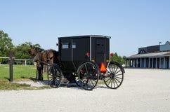 Cavallo e carrozzino di Amish parcheggiati fotografia stock