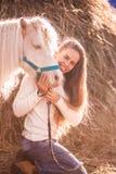 cavallo e ragazza al sole Ragazza fotografia stock libera da diritti
