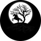 Cavallo ed albero neri sopra la montagna e una luna fotografie stock libere da diritti