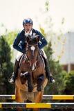 Cavallo equestre Rider Jumping Rappresenti la mostra del concorrente che esegue nella concorrenza di salto di manifestazione Fotografia Stock