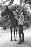 Cavallo felice del parco di sorriso delle coppie della donna del padre di famiglia Fotografia Stock