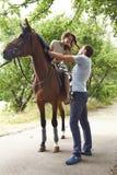 Cavallo felice del parco di sorriso delle coppie della donna del padre di famiglia Immagine Stock Libera da Diritti