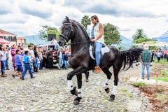 A cavallo giri del cowgirl in villaggio, Guatemala Fotografia Stock Libera da Diritti