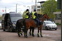 A cavallo la polizia sorveglia Fotografie Stock Libere da Diritti
